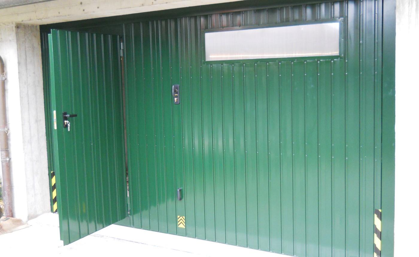 basculante coibentata motorizzata verde con pedonale e oblo - Edilbox snc - Forlì Cesena - Rimini - Ravenna - Faenza - Imola