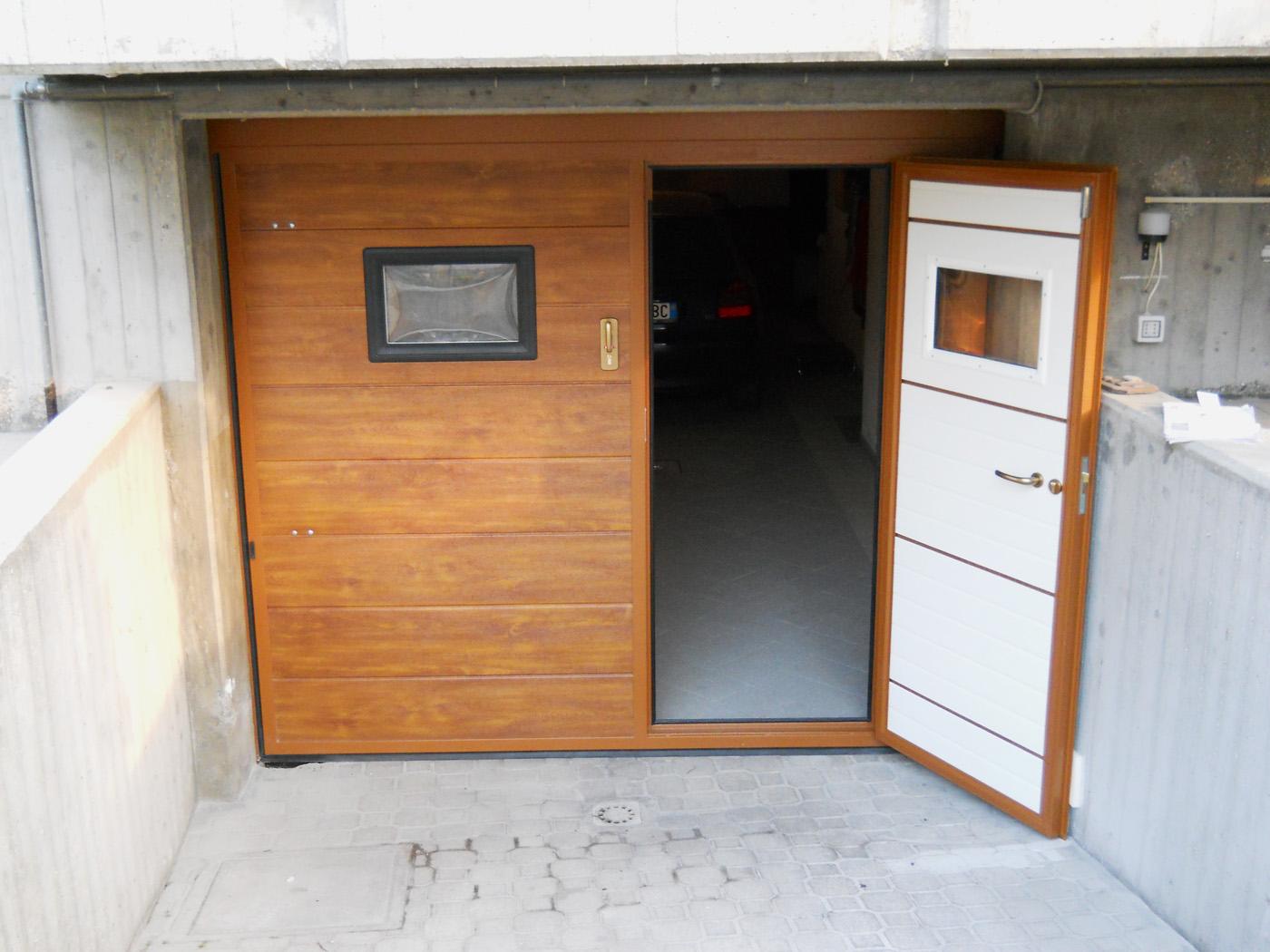 basculante pannelli finto legno chiaro, porta pedonale, 2 oblo - Edilbox- Forlì Cesena - Rimini - Faenza - Ravenna - Imola
