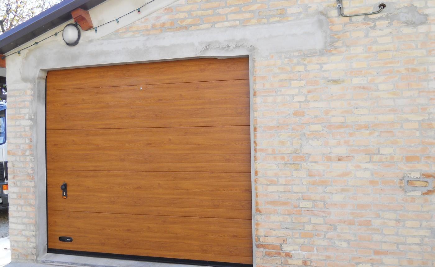Portoni sezionali - Portone sezionale finto legno chiaro - Edilbox snc - Forlì Cesena - Rimini - Ravenna - Faenza - Imola